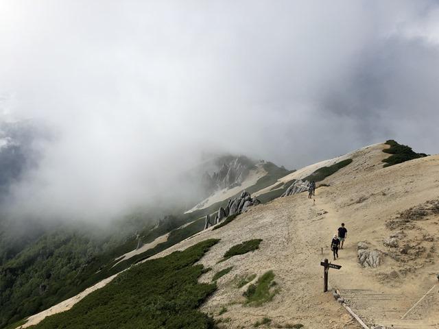 雲に隠れる燕岳