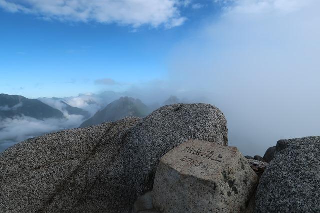 燕岳頂上モニュメント